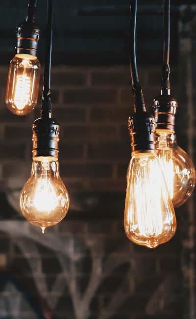 Idee und Glühbirnen